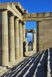 Штендеры виска в акрополе Lindos стоковое фото