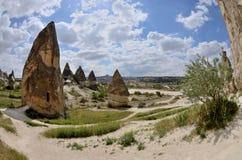 Штендеры вулканической породы и церков пещеры, долина шпаги, Cappadocia стоковые фотографии rf
