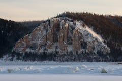 Штендеры Лена на заходе солнца на Лене в республике Sakha, Сибиря стоковые изображения