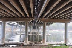 Штендеры моста на реке стоковое фото
