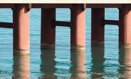 Штендеры моста с отражением воды стоковая фотография rf