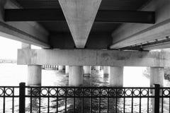 Штендеры под мостом стоковые изображения rf