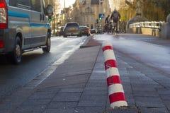 Штендер движения повредил и нажал overby столкновение на улице города стоковое изображение