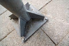 Штендер металла прикрепленный для того чтобы облицевать блоки с болтами стоковое изображение