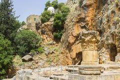 Штендер 4-ое мая 2018 высекаенный a каменный на месте старых святынь, который нужно приготовить на садах воды Banias на дне держа стоковые фотографии rf