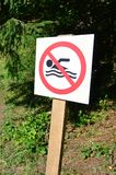 Штендер при знак обозначая запрет на заплывании Знак показывает пересеченную-вне плавая персону Стоковое фото RF