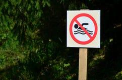 Штендер при знак обозначая запрет на заплывании Знак показывает пересеченную-вне плавая персону Стоковые Фотографии RF