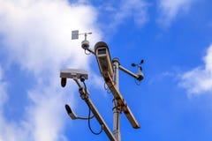 Штендер серого утюга с камерами слежения и управлением скоростью дальше стоковая фотография