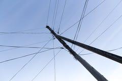 Штендер с электрическими кабелями на зоре стоковое фото