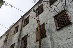 Штендер улицы расположен около пустой улицы и старого здания стоковое фото