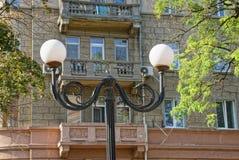 Штендер черного листового железа с 2 круглыми фонариками на улице города стоковые фотографии rf