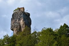 Штендер Katskhi, монастырь на столбце, Грузии стоковая фотография