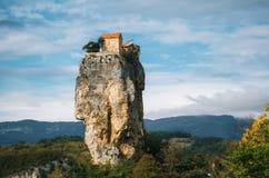 Штендер Katskhi Грузинские ориентир ориентиры Церковь на скалистой скале Стоковая Фотография