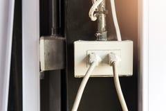 Штепсельная вилка заткнутый внутри размер мы используем электронику Стоковые Изображения RF