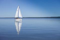 штилевая вода парусника Стоковые Изображения