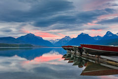 штилевой восход солнца пинка горы озера Стоковое Изображение RF