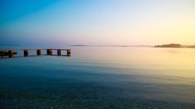 штилевой seascape Пристань и море на заходе солнца в лете Стоковое Изображение RF