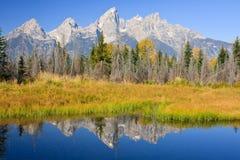 штилевые горы отражая реку неровное Стоковая Фотография