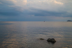 Штиль на море и драматическое небо Стоковое фото RF