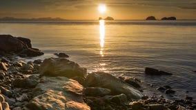 Штиль на море на заходе солнца трясет пляж акции видеоматериалы