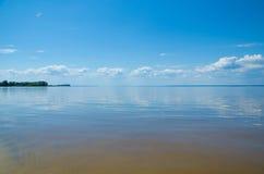 Штиль на море, небо с облаками и горизонт Стоковое Изображение