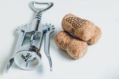 Штопор и corks лож на настольном стоковые изображения rf