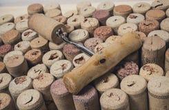 Штопор на предпосылке пробочек вина Стоковая Фотография RF