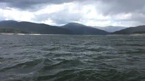 Штормовая погода над озером гор видеоматериал