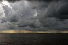 Штормовая погода на пляже стоковые фото