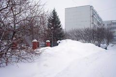 Шторм в городе, большие кучи снега снега, городского пейзажа в зиме Стоковое Фото