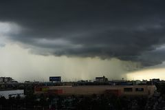 Шторм и дождь в городе Стоковая Фотография