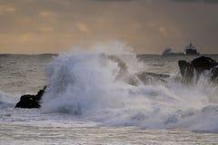 Шторм моря на заходе солнца Стоковое Фото