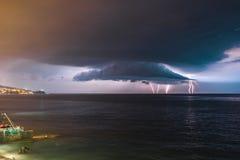 шторм Молния в небе над морем стоковые фото