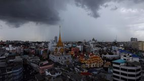 Шторм над виском Wat Traimit в районе Чайна-тауна Бангкока во время дождливого saeson, акции видеоматериалы