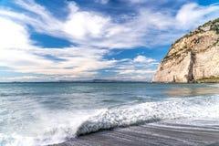 Шторм на улице моря и обваловки Сорренто Италии, большие волны и приливы моют против с серий пены и брызгают дальше стоковые фотографии rf