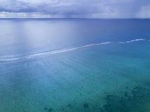 Шторм, дождь далеко над океаном стоковые изображения rf