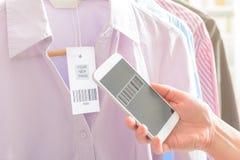 Штрихкод скеннирования женщины с мобильным телефоном Стоковые Фотографии RF