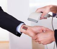 Штрихкод скеннирования на руке Стоковое Изображение