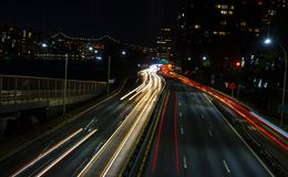 Штриховатости светов автомобиля света на Ист-Сайд Манхэттена шоссе с стоковые фотографии rf