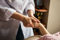 Штрихующ массаж рук близко вверх, массаж рук в salo курорта Стоковые Изображения RF