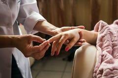 Штрихующ массаж рук близко вверх, массаж рук в salo курорта Стоковое фото RF