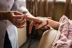 Штрихующ массаж рук близко вверх, массаж рук в salo курорта Стоковая Фотография
