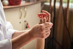 Штрихующ массаж рук близко вверх, массаж рук в salo курорта Стоковая Фотография RF