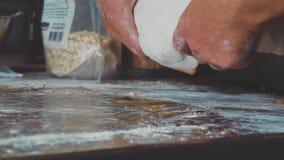 Штрудель яблока шеф-повара женщины печь Женские руки создавая программу-оболочку завалка в тесто акции видеоматериалы