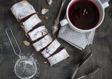 Штрудель вишни и грецкого ореха на темном деревянном столе Селективное foc Стоковое Изображение RF
