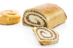 Штрудель заполнила при чокнутые плюшки заполненные с тортом сливк и кольца на белой предпосылке Стоковые Фото