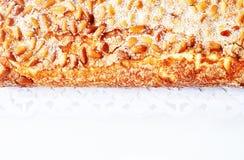 Штрудель с гайками и сахаром сосны на белой предпосылке Стоковое фото RF
