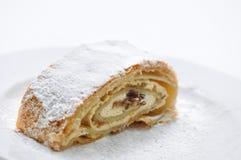 Штрудель творога с сахаром порошка на белой плите, фотография продукта для patisserie или хлебопекарня Стоковое фото RF