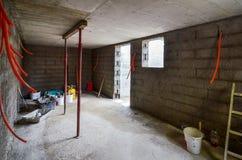 Штукатуря, отстраивать, делая водостойким подвал или погреб и w Стоковое Изображение RF