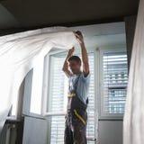 Штукатур восстанавливая крытые стены и потолки Заканчивая работы Стоковые Фотографии RF